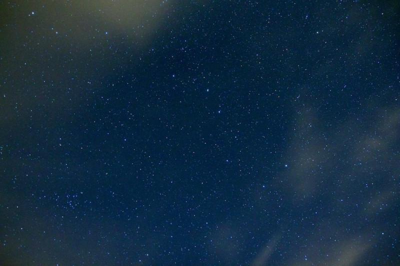 Fotka je mnohem tmavší a hvězdy konečně více vynikly. Bohužel se ale zvýraznil barevný šum a fotka je až moc modrá.