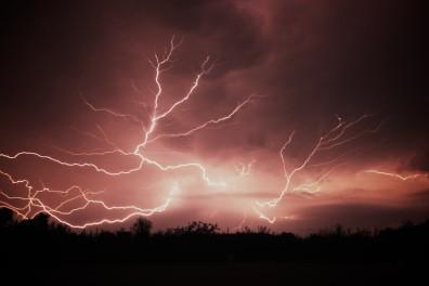 blesky přes celou oblohu