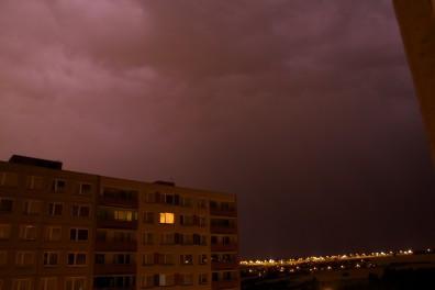 oblaka nasvícené bleskem