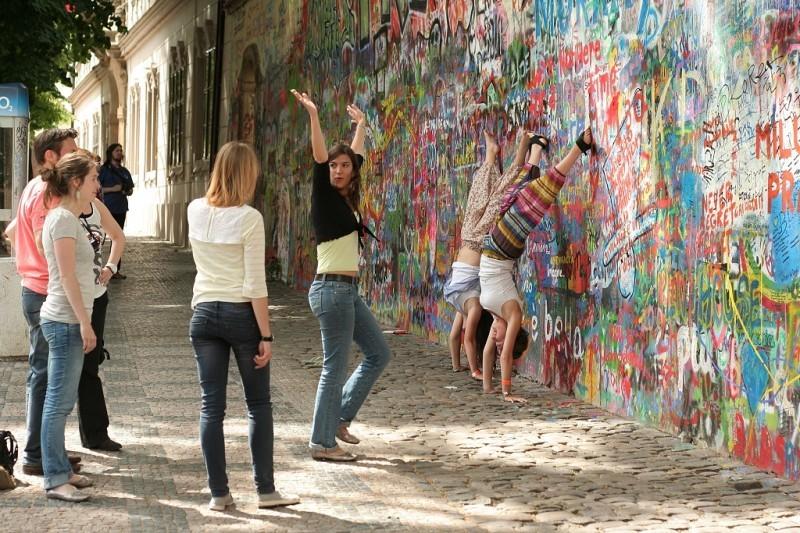 Lidé u Lennonovy zdi